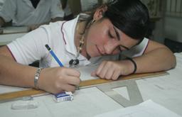 La asignación de fondos federales complementa la educación. Estudiante hace trabajo escolar.